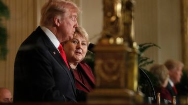 U.S. President Donald Trump and Norwegian Prime Minister Erna Solberg are reflected in an East Room mirror as they hold a joint news conference at the White House in Washington, U.S., January 10, 2018. REUTERS/Carlos Barria                       (Foto: CARLOS BARRIA)