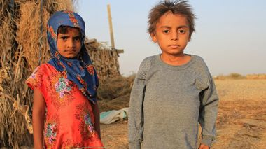 Malnourished boy Hassan Merzam Muhammad stands with his sister outside their hut in Abs district of Hajjah province, Yemen November 20, 2020. Picture taken November 20, 2020. REUTERS/Eissa Alragehi NO RESALES. NO ARCHIVES                      (Foto: STRINGER)