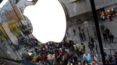 FILE-In this Sept. 25, 2015 file photo people wait in front of the Apple store in Munich, Germany. IDFA (Apples Identifier for Advertisers) allows Apple and all apps on the phone to track a user and combine information about online and mobile behaviour. Just like for cookies, this would require the users consent under EU law. Apple places these tracking codes without the knowledge or agreement of the users. noyb therefore filed two complaints against the company. (AP Photo/Matthias Schrader)                      (Foto: Matthias Schrader)
