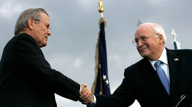 FILE - In this Dec. 15, 2006, file photo, outgoing Defense Secretary Donald H. Rumsfeld, left, shakes hands with Vice President Dick Cheney during an Armed Forces Full Honor Review for Rumsfeld at the Pentagon. All 10 living former secretaries of defense, including Rumsfeld and Cheney, have joined in cautioning against any attempt to use the military in the cause of overturning the November 2020 presidential election.  (AP Photo/Pablo Martinez Monsivais, File)                      (Foto: Pablo Martinez Monsivais)