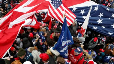 Protesters wave American flags during clashes with Capitol police at a rally to contest the certification of the 2020 U.S. presidential election results by the U.S. Congress, at the U.S. Capitol Building in Washington, U.S, January 6, 2021. REUTERS/Shannon Stapleton                       (Foto: SHANNON STAPLETON)