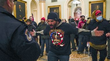 Trump supporters gesture to U.S. Capitol Police in the hallway outside of the Senate chamber at the Capitol in Washington, Wednesday, Jan. 6, 2021. (AP Photo/Manuel Balce Ceneta) Washington                       (Foto: Manuel Balce Ceneta Scanpix)