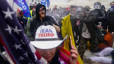 Trump supporters try to break through a police barrier, Wednesday, Jan. 6, 2021, at the Capitol in Washington. As Congress prepared to affirm President-elect Joe Biden's victory, thousands of people gathered to show their support for President Donald Trump and his claims of election fraud.(AP Photo/John Minchillo)                       (Foto: John Minchillo)