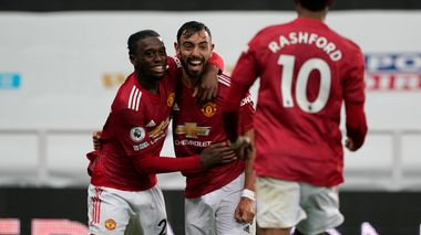 Manchester United's Bruno Fernandes, centre, celebrates his goal during the English Premier League soccer match between Newcastle United and Manchester United at St. James' Park in Newcastle, England, Saturday, Oct. 17, 2020. (Owen Humphreys/PA via AP)                       (Foto: Owen Humphreys)
