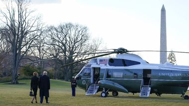 President Donald Trump and first lady Melania Trump walk to board Marine One on the South Lawn of the White House, Wednesday, Jan. 20, 2021, in Washington. Trump is en route to his Mar-a-Lago Florida Resort. (AP Photo/Alex Brandon) ntb                       (Foto: Alex Brandon NTB)
