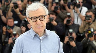 FILE - In this Wednesday, May 11, 2016, file photo, director Woody Allen poses for photographers during a photo call for the film Cafe Society, at the 69th international film festival, Cannes, southern France. Allen's French film distributor has defended the American director against sexual abuse claims, Saturday Feb. 3, 2018, saying he has been unfairly caught up in the fallout surrounding the #MeToo movement. (AP Photo/Thibault Camus, File)                       (Foto: Thibault Camus)