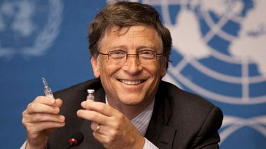 FILE - In this Tuesday, May 17, 2011 file photo, Microsoft founder Bill Gates holds a vaccine for meningitis during a news conference at the United Nations headquarters in Geneva, Switzerland. On Friday, May 8, 2020, The Associated Press reported on stories circulating online incorrectly asserting Bill Gates former doctor says the vaccine advocate refused to vaccinate his own children. Gates wife, Melinda, debunked the false claim when it circulated in April 2019. All three of my children are fully vaccinated, she said in a Facebook post addressing World Immunization Week. Vaccines work. And when fewer people decide to get them, we all become more vulnerable to disease.(AP Photo/Anja Niedringhaus)                      (Foto: Anja Niedringhaus)