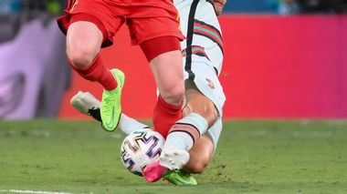 Belgium's Kevin De Bruyne, left, is tackled by Portugal's Joao Palhinha during the Euro 2020 soccer championship round of 16 match between Belgium and Portugal at La Cartuja stadium, Seville, Spain, Sunday, June 27, 2021. (Lluis Gene/Pool Photo via AP)                      (Foto: Lluis Gene)