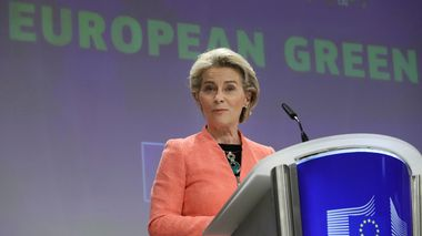 European Commission President Ursula von der Leyen speaks during a media conference at EU headquarters in Brussels, Wednesday, July 14, 2021. The European Union is unveiling Wednesday sweeping new legislation to help meet its pledge to cut emissions of the gases that cause global warming by 55% over this decade, including a controversial plan to tax foreign companies for the pollution they cause. (AP Photo/Valeria Mongelli)                      (Foto: Valeria Mongelli)