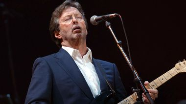 Eric Clapton performs during the Tsunami Relief Concert Cardiff at the Millennium Stadium in Wales Saturday, Jan. 22, 2005, to raise funds for those affected by the Asian earthquake and tsunami. (AP Photo/PA, Yui Mok) ** UNITED KINGDOM OUT MAGS OUT NO SALES EDITORIAL USE ONLY **                      (Foto: YUI MOK/AP Photo)