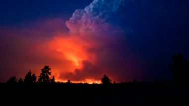 In this photo provided by the Oregon Office of State Fire Marshall, flames and smoke rise from the Bootleg fire in southern Oregon on Wednesday, July 14, 2021. The largest fire in the U.S. on Wednesday was burning in southern Oregon, to the northeast of the wildfire that ravaged a tribal community less than a year ago. The lightning-caused Bootleg fire was encroaching on the traditional territory of the Klamath Tribes, which still have treaty rights to hunt and fish on the land, and sending huge, churning plumes of smoke into the sky visible for miles. (John Hendricks/Oregon Office of State Fire Marshal via AP)                      (Foto: John Hendricks)