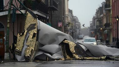 A section of roof that was blown off of a building in the French Quarter by Hurricane Ida winds blocks an intersection, Sunday, Aug. 29, 2021, in New Orleans. (AP Photo/Eric Gay)                      (Foto: Eric Gay)