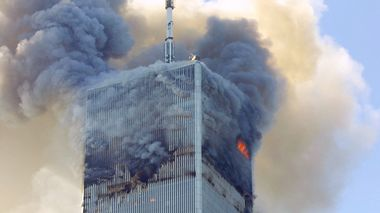 FILE- In this Tuesday, Sept. 11, 2001 file photo, fire and smoke billows from the north tower of New York's World Trade Center after terrorists crashed two hijacked airliners into the World Trade Center and brought down the twin 110-story towers. A bill passed by Congress allowing the families of 9/11 victims to sue the Saudi government has reinforced to some in the Arab world a long-held view that the U.S. only demands justice for its own victims of terrorism, despite decades of controversial U.S. interventions around the world. (AP Photo/David Karp, File)                      (Foto: DAVID KARP)