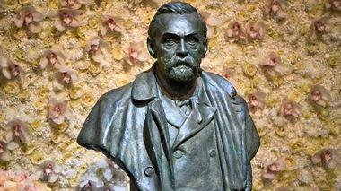 A bronze bust of Alfred Nobel on display at the Nobel award ceremony at Stockholm Concert Hall, in Stockholm, Sweden, on Tuesday Dec. 10, 2019.  The winner of this year's Nobel Peace Prize Ethiopian Prime Minister Abiy Ahmed, says his horrifying experiences as a young Ethiopian soldier fuelled his determination to seek an end to the long conflict and make peace with neighbouring Eritrea. (Claudio Bresciani / TT via AP)                      (Foto: Claudio Bresciani)