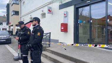 Police officers stand outside a Coop store after a deadly attack in Kongsberg, Norway October 14, 2021. REUTERS/Victoria Klesty                      (Foto: STAFF)