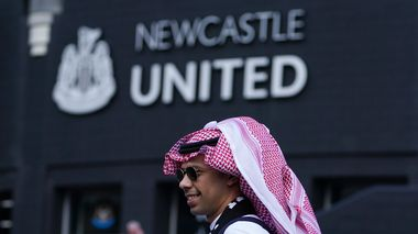 A Newcastle fan gives the thumbs-up outside the ground before an English Premier League soccer match between Newcastle and Tottenham Hotspur at St. James' Park in Newcastle, England, Sunday Oct. 17, 2021. Newcastle plays its first game under new ownership after the club was bought out last week by Saudi Arabia's sovereign wealth fund. (AP Photo/Jon Super)                      (Foto: Jon Super)