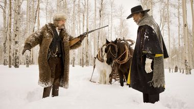 Over lik: Kurt Russell og Samuel L. Jackson som dusørjegere innhentet av vinter i Wyoming i «The Hateful Eight»