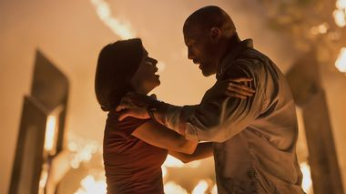 Omfavnelse: Neve Campbell og Dwayne Johnson spiller det hardtslående ekteparet Sarah og Will Sawyer i actiondramaet Skyscraper.                       (Foto: United International Pictures)