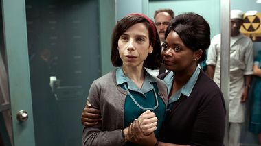 Oscarfavoritter: Sally Hawkins(t.v) og Octavia Spencer er begge nominert for skuespillerpriser i årets mest oscarnominerte film, «The Shape Of Water». til Timothée Chalamet for «Call Me by Your Name» er en gledelig overraskelse, ifølge vår kommentator.                       (Foto: Twentieth Century Fox Film Corporation)