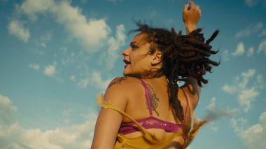 Rastløs ungdom: Sasha Lane gjør en fantastisk filmdebut som 18-årige Star i roadmovien «American Honey» om unge outsidere i sus, dus og rus i Midtvesten i USA.                       (Foto: United International Pictures)