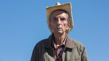 Verdig punktum: Harry Dean Stanton som en aldrende mann som røyker, drikker og går på bar og kafé i «Lucky».                       (Foto: Another World Entertainment Norway AS)