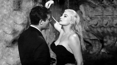 Legedarisk i Roma: Marcello Mastroianni og Anita Ekberg i fontenevannet i Roma i klassikeren «Det Søte Liv» fra 1960.                       (Foto: Another World Entertainment)
