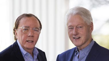 To staute karer; Bill Clinton har samarbeidet med James Patterson på thrilleren «Presidenten er savnet».                       (Foto: David Burnett)