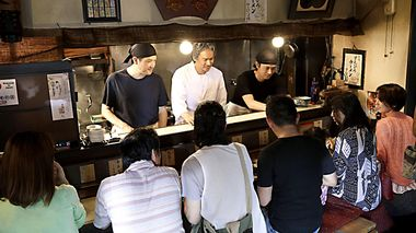 Suppe i sentrum: Far og sønn drover ramen-restaurant i Japan i «Ramen Shop».                       (Foto: Fidalgo)