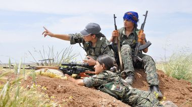 Kurdish female fighters of the Women Protection Unit (YPJ) attend military training near Qamishli city May 11, 2014. Picture taken May 11, 2014. REUTERS/Massoud Mohammed (SYRIA - Tags: POLITICS CIVIL UNREST CONFLICT MILITARY)             (Foto: STRINGER, Reuters)