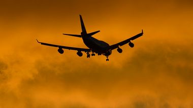 A British Airways jumbo plane flies in to land at Heathrow Airport in west London October 14, 2012. REUTERS/Toby Melville (BRITAIN - Tags: TRANSPORT ENVIRONMENT)             (Foto: TOBY MELVILLE)